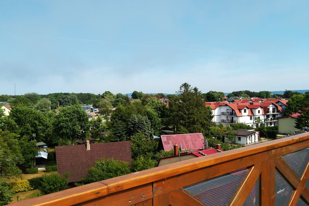 Widok na ROWY z tarasu na dachu.