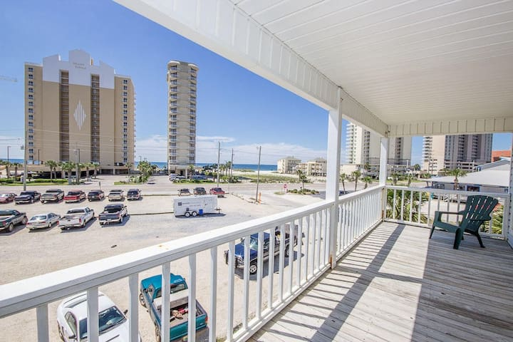 Seasons By the Sea A1 - Spacious House. Short Walk to the Beach, Shopping and Restaurants
