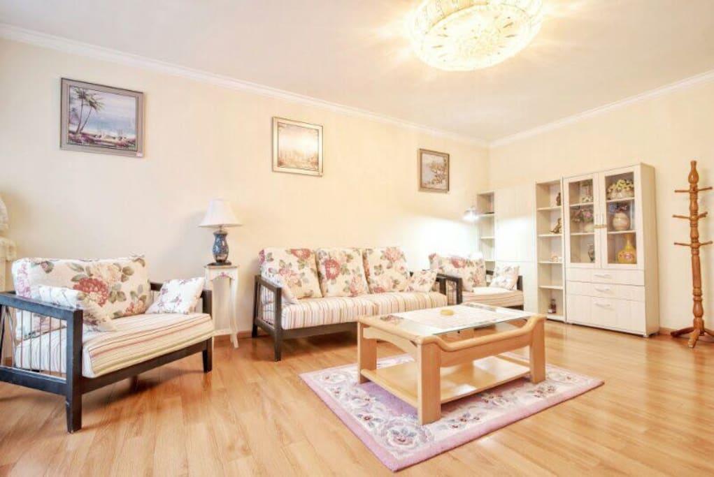 客厅:配备高端家具