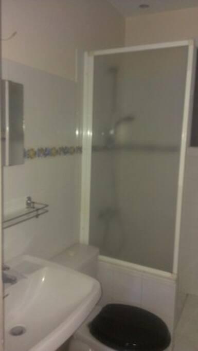 salle d'eau avec fenêtre