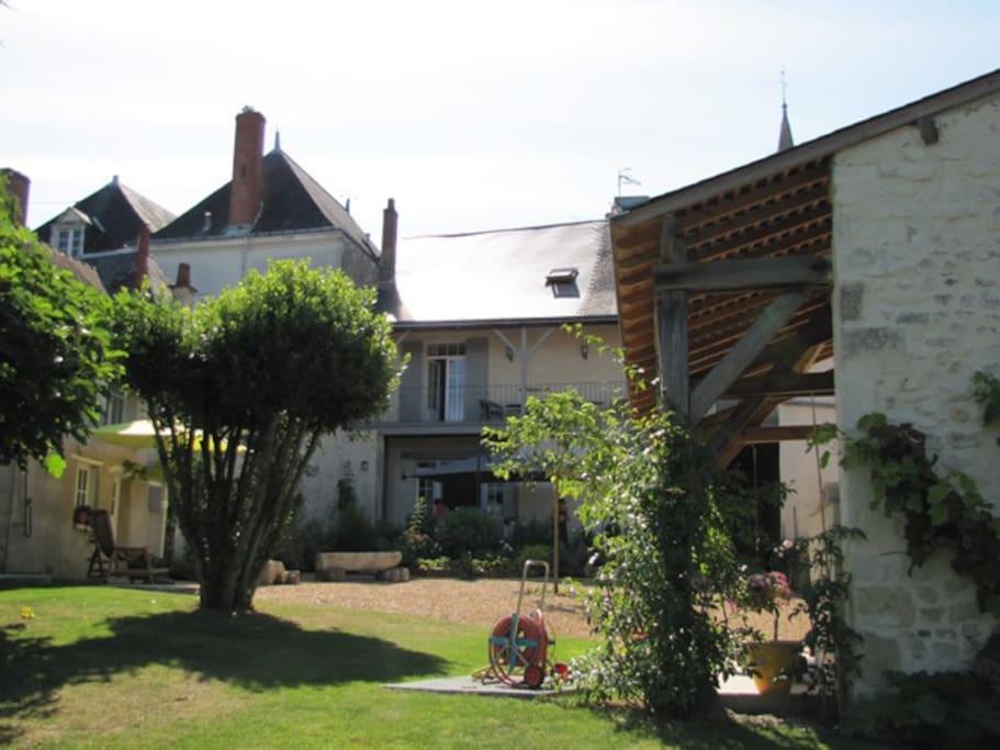 Profitez du calme du jardin clos et de la terrasse.