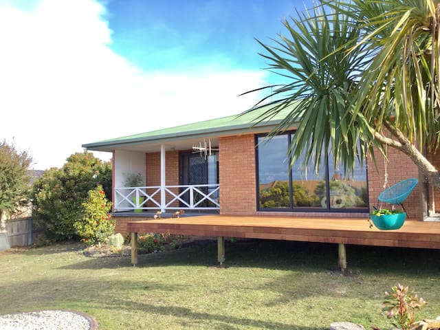 Double room and bathroom in lovely Blackmans Bay