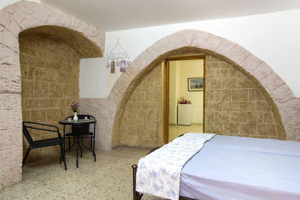 tweede kamer met 2 bedden, zithoek en eigen keuken
