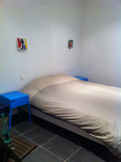 Chambre équipée d'un grand lit double neuf (160x190cm)