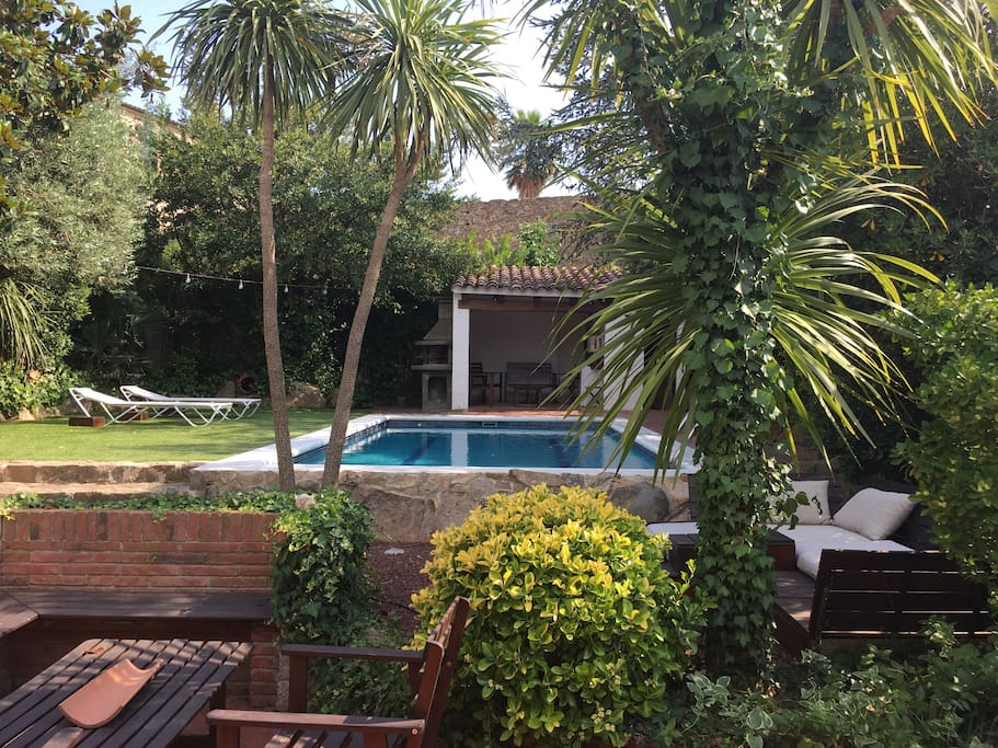Garden views: terraces and pool