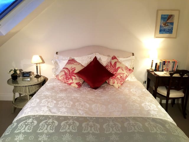 Central Fulham ensuite luxury King - London - House