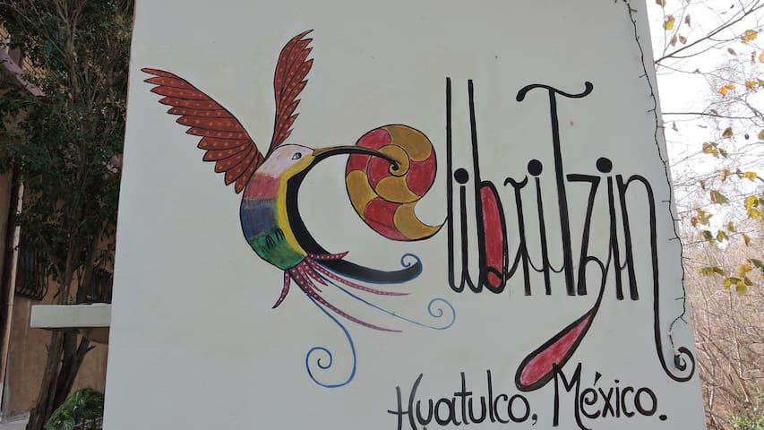 Logotipo de rancho Colibritzin. Pintado en una de las paredes del patio.