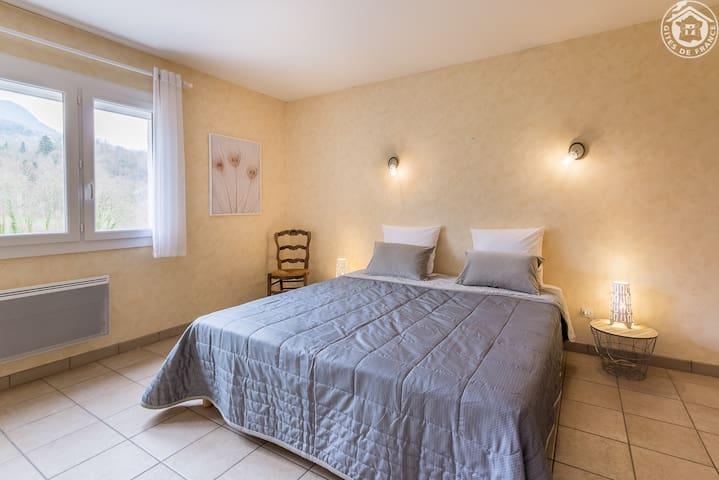 Chambre avec 1 lit queen size logement du 1er étage