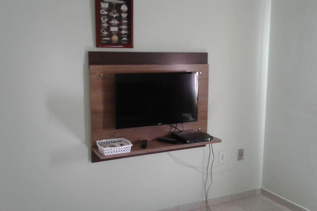 Painel da sala: TV e DVD
