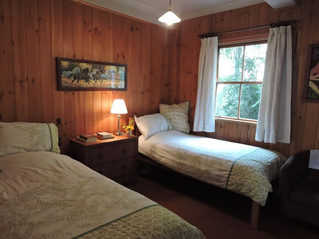 Bardon Bed & Breakfast -Green Room  - Bardon