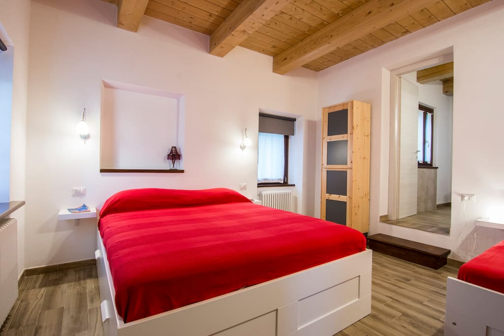 Camera con letti matrimoniale e singolo, bagno privato