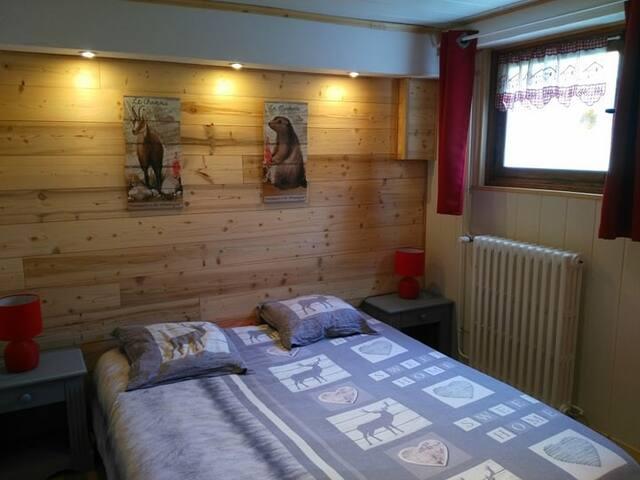 Chambre spacieuse avec lit King Size (160x200), télévision, spots couleurs, penderie