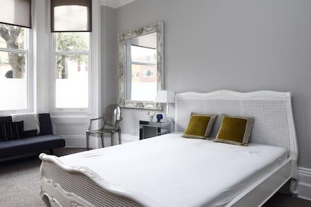 Stylish Seaside Apartment Sleeps 3 - Hove