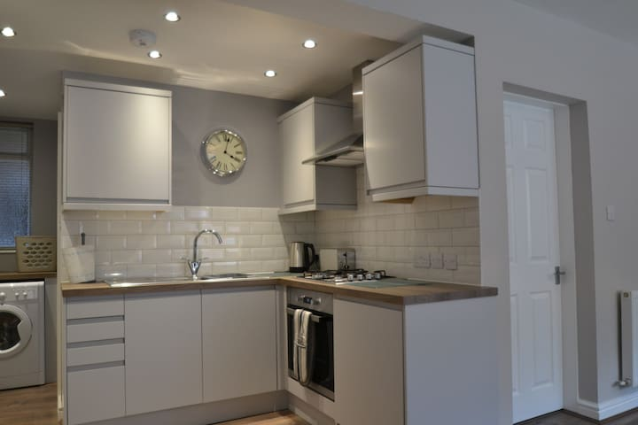 Beautifully fitted kitchen with dishwasher and washer/dryer