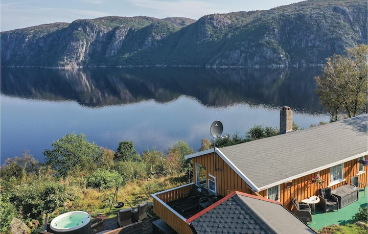 Awesome home in Farsund with Jacuzzi, 4 Bedrooms and WiFi