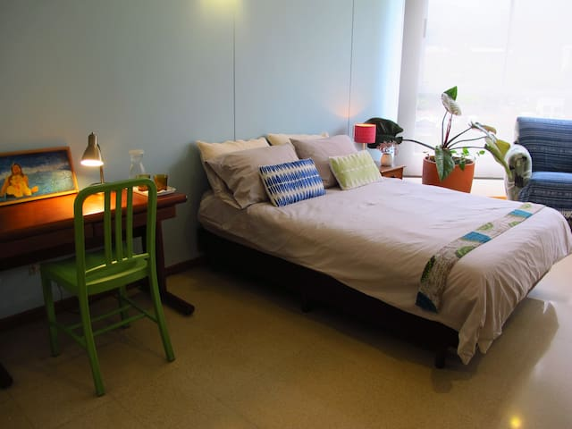 Spacious room in the heart of Provenza/Lleras