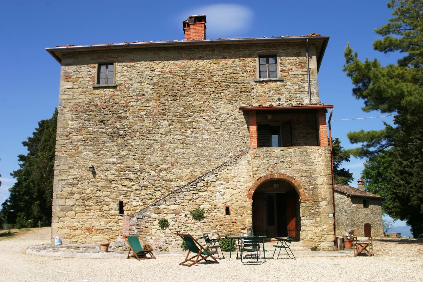 Frontal view of the farmhouse La Scheggia and entrance of Arco