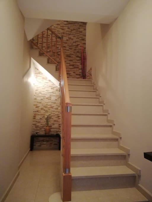 Escaleras para subir al piso no hay ascensor