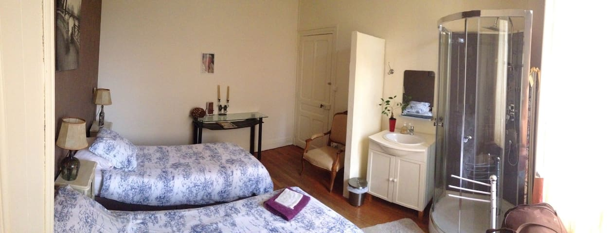 Chambre double douche et WC - Houses for Rent in Paray le ...