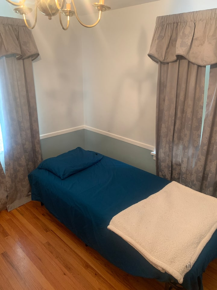 Bright, clean, private room on university w/ tv