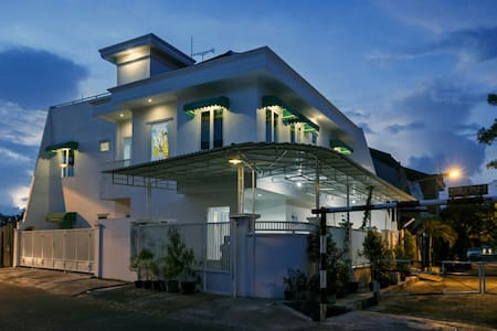 Flory's guest house. Clean and cozy - surabaya