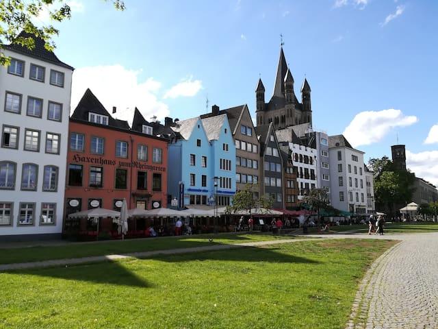 Ganz nah an der Siegburger Straße! Einfach über die Deutzer Brücke und schon ist man in der Altstadt von Köln! Von dieser Wohnung aus bequem zu Fuß!