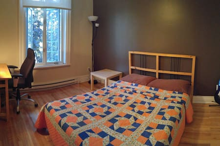 Clean & cozy private room with balconies & parking - Montréal - Wohnung