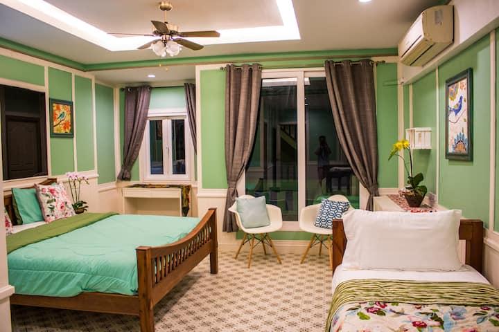 [浪漫满屋]清迈长康夜市边独栋3层3卧室别墅步行至夜市,可住6-9人,华人房东配管家,住3日包接机