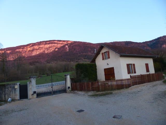 Maison avec vue sur le mont Grêle.