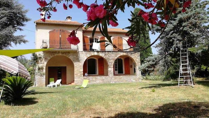 Chambre dans villa avec jardin à 150 m de la mer.