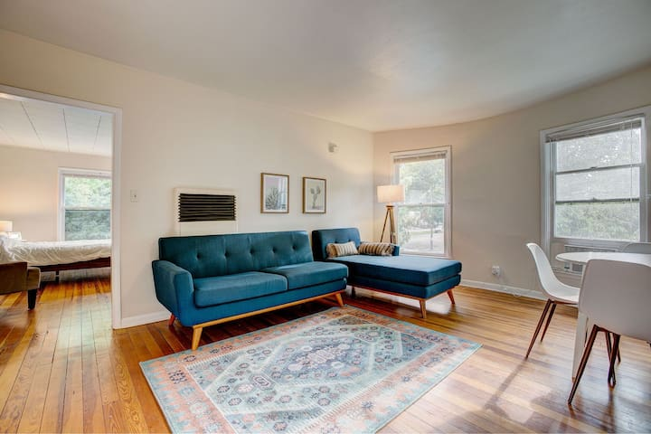 All new furniture throughout, comfortable sectional couch with air conditioning and small dining table for four. Television mounted on the wall and views of downtown.