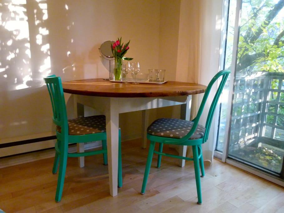 Dining/work table with cutlery, glasses, plates,   bowls.   餐桌/工作台,附帶餐具、杯子、盤子和碗。