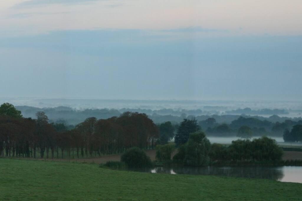 Vom Schloss aus: Blick über das Tal der Loire im Morgennebel