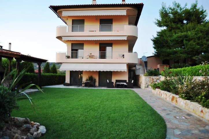 135sqm GROUND FLOOR APARTMENT WITH GARDEN - Malakonta