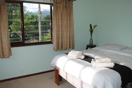 Room with Queen Bed in Lovely Home - Rumah