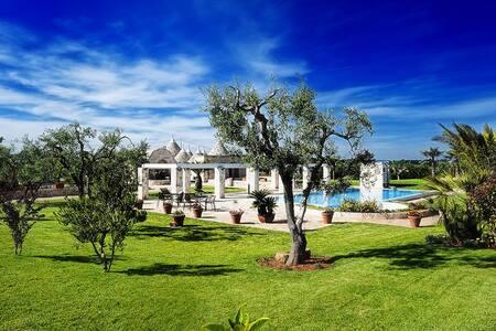Trullo with garden and pool - Locorotondo