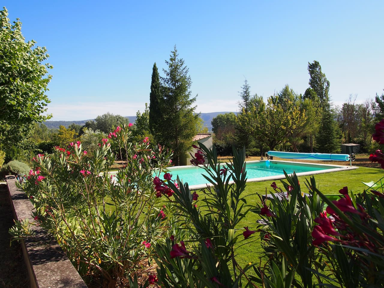 piscine plein sud chauffée vue sur le Luberon