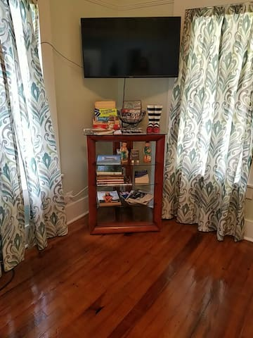 Living Room T.V. w/ Netflix and full wifi connection  Lots of games, books and magazines from the 50's, 60's and 70's