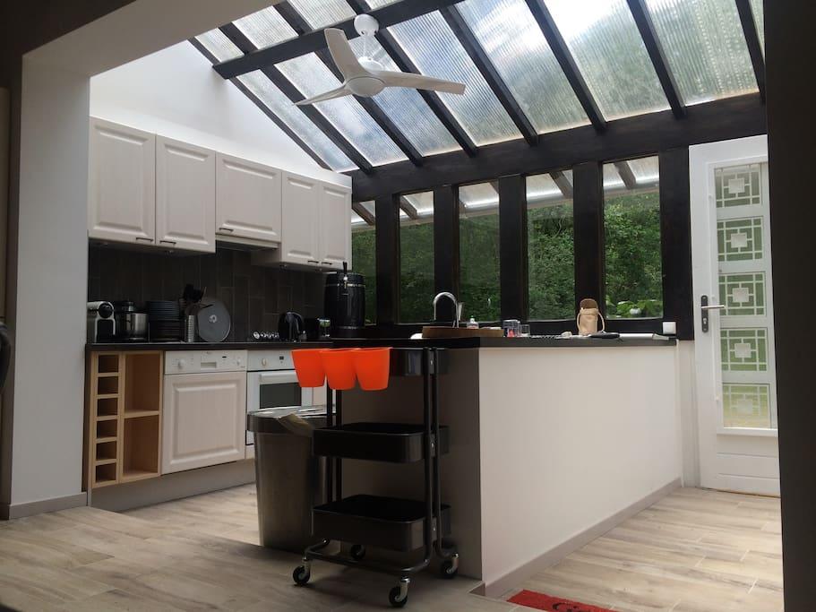 cuisine ouverte sous verrière avec vue sur la foret
