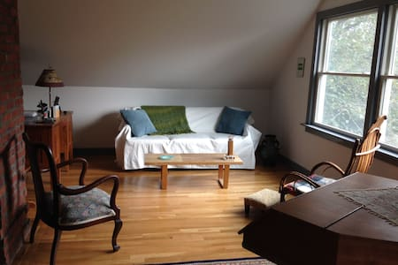Spacious Guest Suite Close to Town