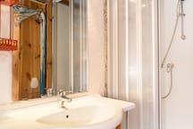 salle d'eau avec wc séparé