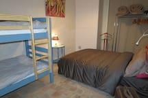 Chambre avec couchage 140 et 2 couchages 90, une veilleuse de lecture pour chacun