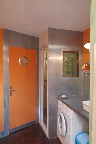 La salle d'eau : douche italienne, wc séparés, coin lavabo avec machine à laver le linge