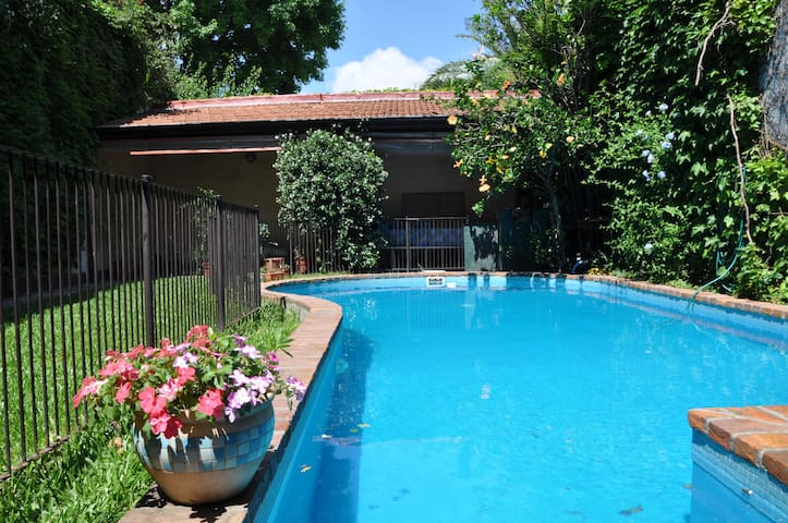 Room with private bathroom, TV and swimming pool! - Buenos Aires - Dom