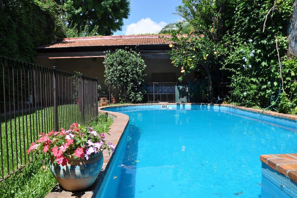 Chambre avec salle de bain priv e tv et piscine for Piscine a salles