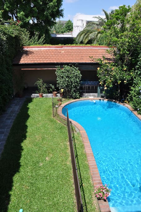 Jardín, piscina, quincho. Garden, swimming-pool, shed with bbk.