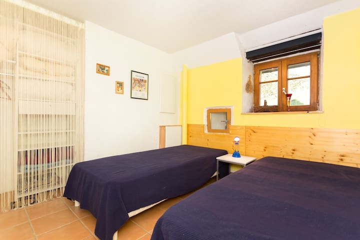 petite chambre, deux lits de 80cm