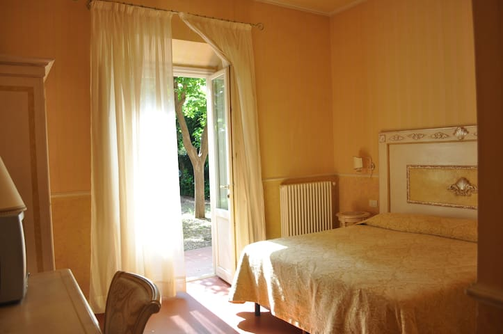 B&B Relais Tiffany - romantic room + garden access - Florencia - Bed & Breakfast