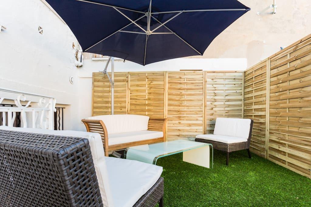 2 eme terrasse avec salon de jardin, parasol et vue panoramique