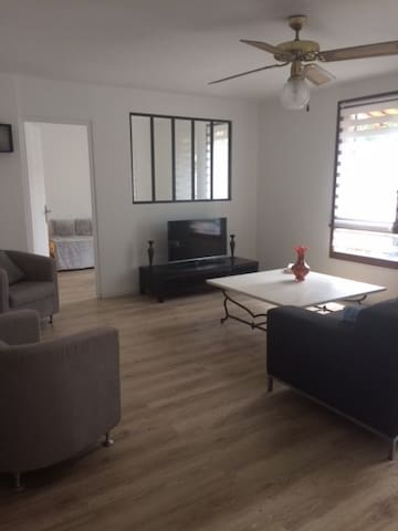 1 bedroom flat with air conditioner and garage